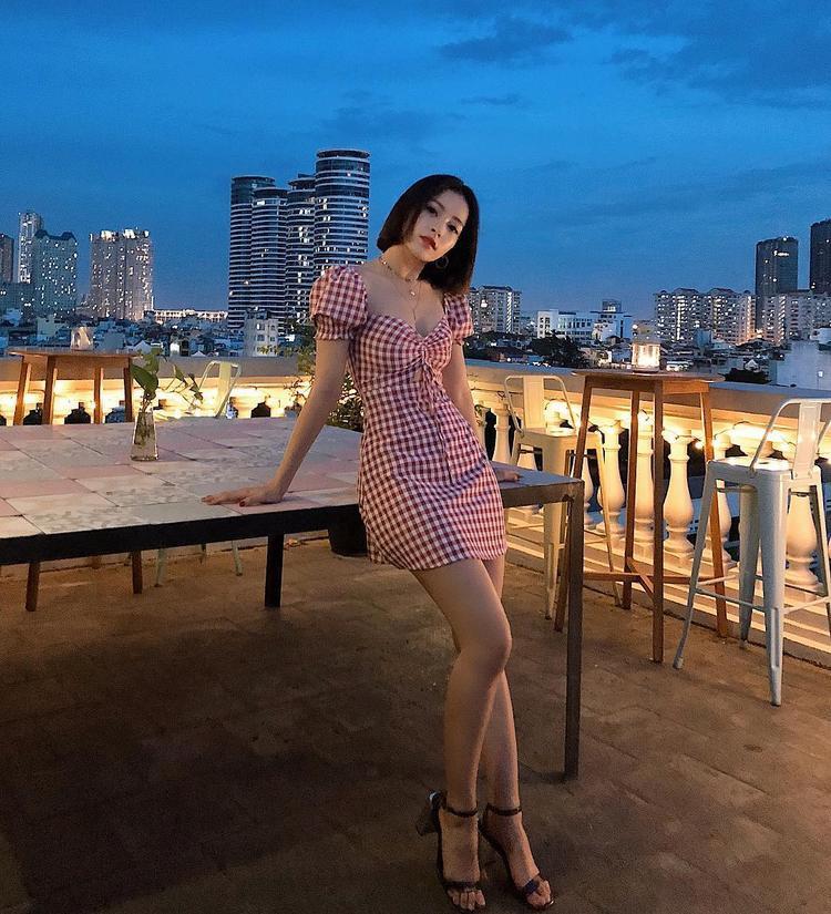Chi Pu bắt nhịp xu hướng áo tay phồng với chiếc váy ngắn, họa tiết ca-rô đơn giản, trẻ trung.