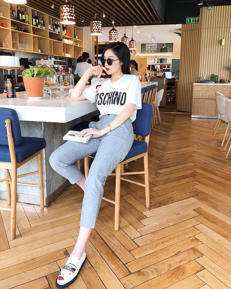 Bộ cánh đơn giản chỉ gồm áo thun và quần jeans nhưng toàn những item thời thượng như áo phông và giày của Moschino, ví nhỏ cầm tay của Gucci.