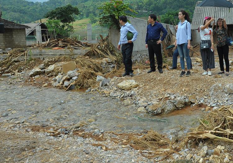Hoa hậu Đỗ Mỹ Linh giản dị đi cứu trợ đồng bào Hà Giang bị bão lũ