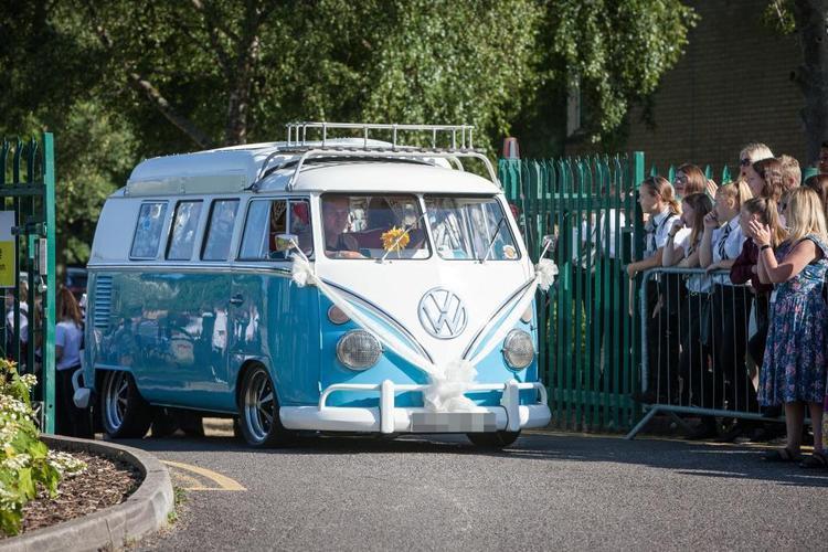 Để di chuyển, học sinh ngôi trường này chọn siêu xe thể thao VW camper van, có giá khoảng 1 triệu bảng (hơn 30 tỷ VND).