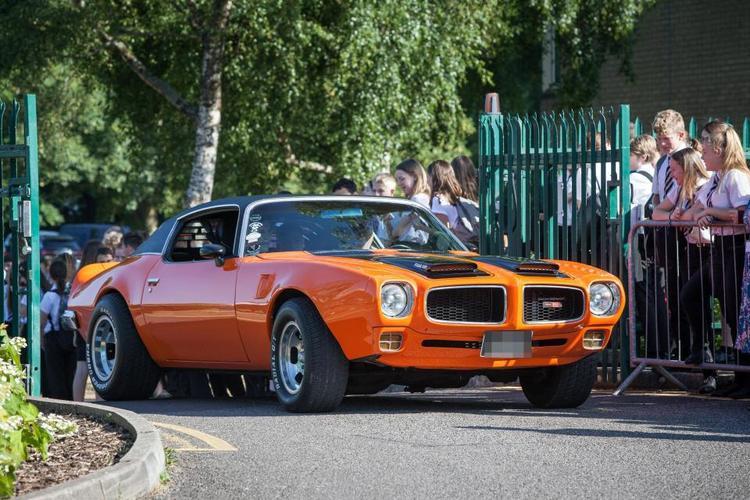 Bên cạnh đó còn có chiếc Ford Mustang cổ điển màu cam cũng có giá khoảng 1 triệu bảng.