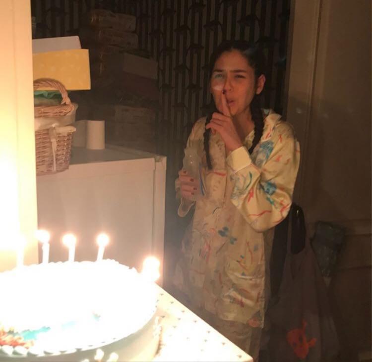 'Mỹ nhân đẹp nhất Thái Lan' Chompoo Araya mặc đồ ngủ, tay cầm bình sữa đón tuổi mới