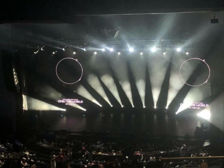 """Nhìn vào sân khấu chỉ có một stage chính cũng có thể thấy được quy mô khá """"xập xệ"""" concert của Wanna One tại Mỹ."""