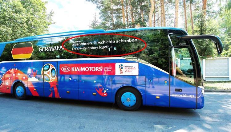"""Chiếc xe buýt của đội tuyển Đức với slogan """"Zusammen. Geschichte Schreiben"""" (tạm dịch: Hãy cùng viết lên lịch sử cùng nhau) tại World Cup 2018 như khắc sâu thêm nỗi đau bị loại sớm của những cỗ xe tăng tại World Cup năm nay."""