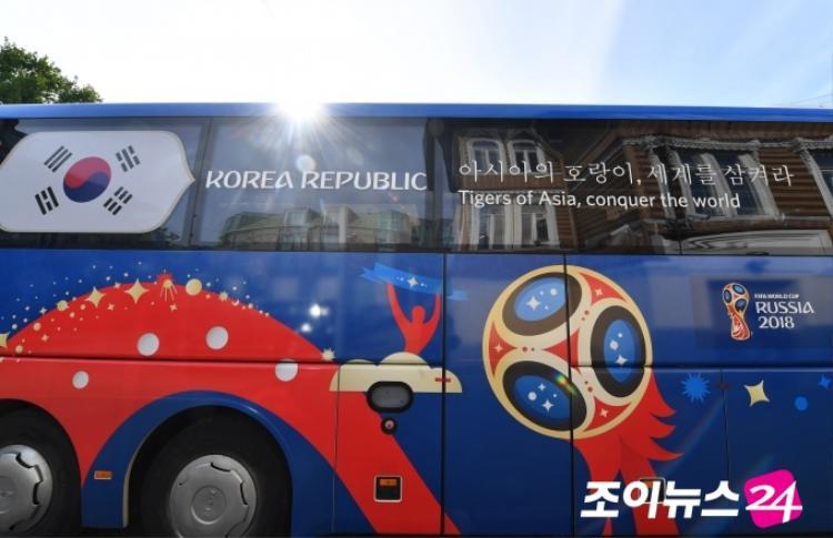 """Hàn Quốc không thể vượt qua vòng bảng nhưng chiến thắng ấn tượng 2-0 trước Đức đủ để họ có thể rời World Cup 2018 trong tư thế ngẩng cao đầu. Trên xe buýt của đội tuyển Hàn Quốc là slogan """"아시아의 호랑이, 세계를 삼켜라"""" (tạm dịch: Những con hổ Châu Á, hãy chinh phục thế giới!)"""