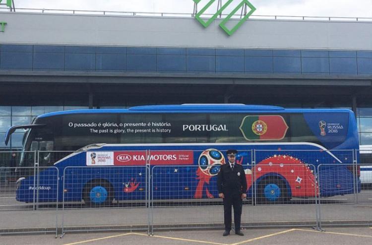"""Xe buýt của Ronaldo và các đồng đội tại tuyển Bồ Đào Nha in dòng chữ """"O Passado É Glória, O Presente É História"""" (tạm dịch: Quá khứ thật rực rỡ, hiện tại là lịch sử)."""