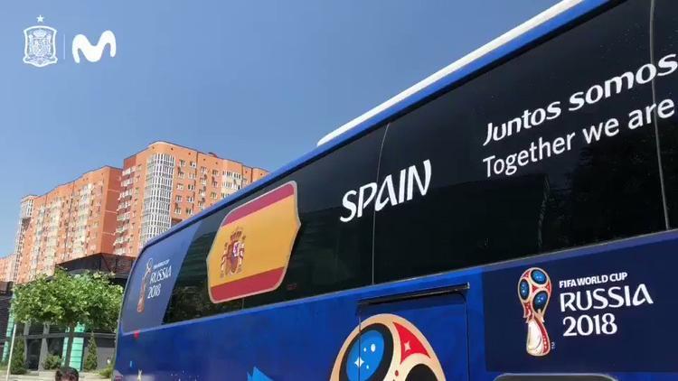 """""""Juntos Somos Invencibles"""" (tạm dịch: Cùng nhau, chúng ta không thể bị đánh bại) là slogan được Tây Ban Nha lựa chọn."""