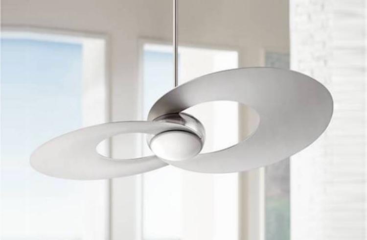 Hai quả cầu elip quay tròn để lưu thông không khí trong phòng. Đèn LED chiếu sáng sử dụng ít năng lượng là điểm nhấn của chiếc quạt trần có giá 500 USD (khoảng 11,5 triệu) có tên Nickel Brush này.