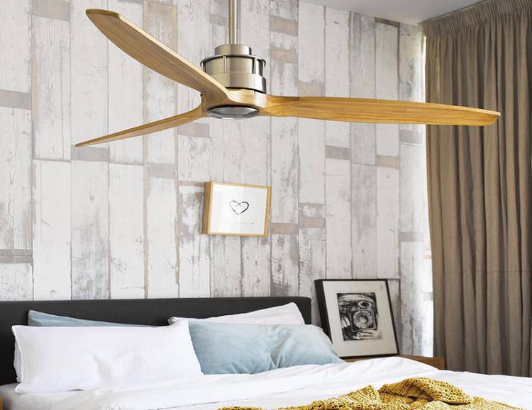 Chiếc quạt trần 549 USD (khoảng 12,6 triệu) có tên Air Fusion Akmani của Beacon Lighting với những chiếc cánh quạt bằng gỗ sẽ khiến cho căn phòng của bạn thực sự nổi bật hơn rất nhiều.