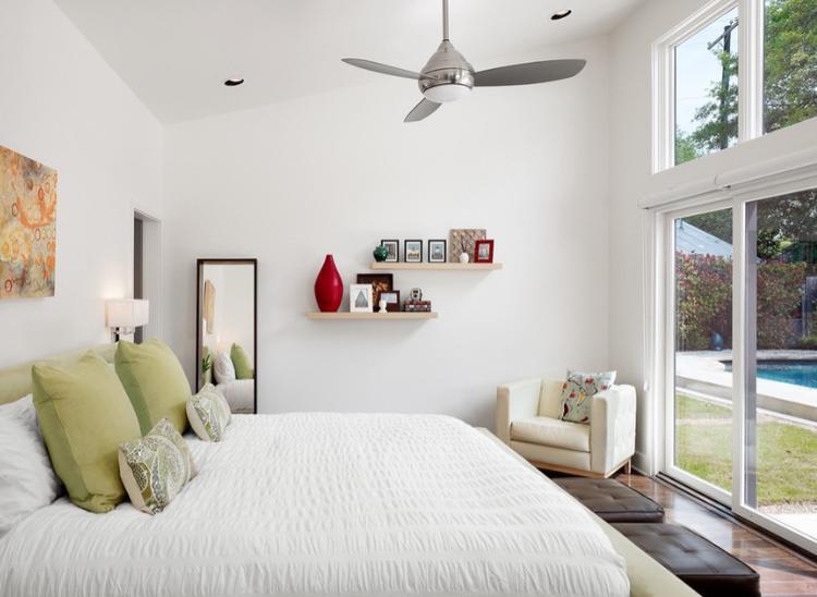 Brushed Nickel của Minka-Aire có giá 340 USD (khoảng 7,8 triệu) mang tới sự nhỏ gọn, màu sắc sang trọng và giản đơn trong thiết kế phù hợp với những căn phòng có không gian nhỏ.