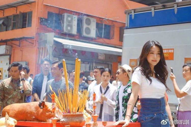 Cổ Thiên Lạc tình tứ khoác vai Tuyên Huyên trong lễ khai máy phim điện ảnh Phạm tội hiện trường
