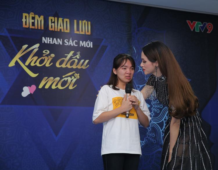 Hương Giang xúc động ôm lấy bé P.N.H khi biết em cùng mẹ vượt lũ từ Lai Châu vào TP.HCM với mong muốn được cải thiện gương mặt khiếm khuyết nặng.