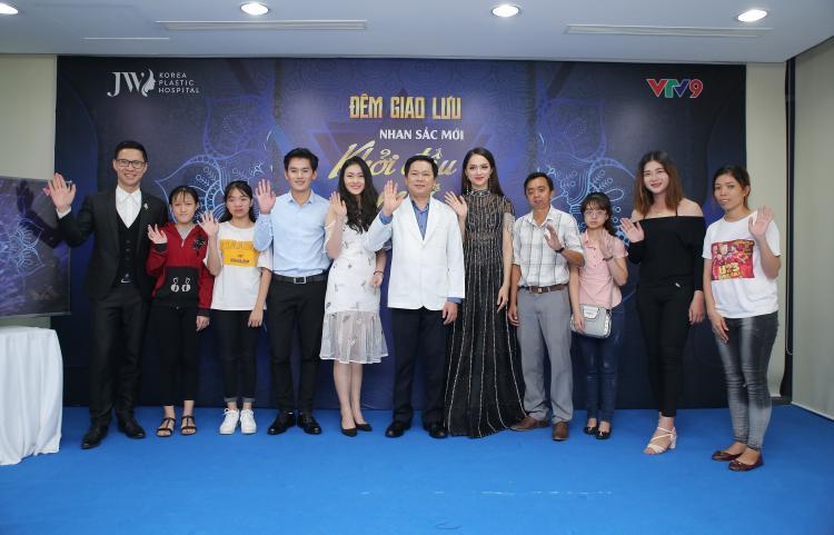 TS.BS Nguyễn Phan Tú Dung và Hoa hậu Hương Giang chụp ảnh lưu niệm với những trường hợp may mắn được hỗ trợ phẫu thuật cải thiện ngoại hình.