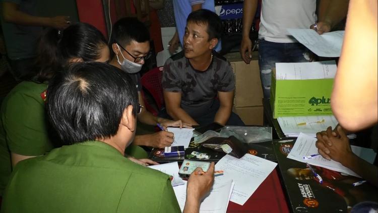 Lực lượng chức năng lập biên bản vụ việc và lấy lời khai của các đối tượng. Ảnh: CTV