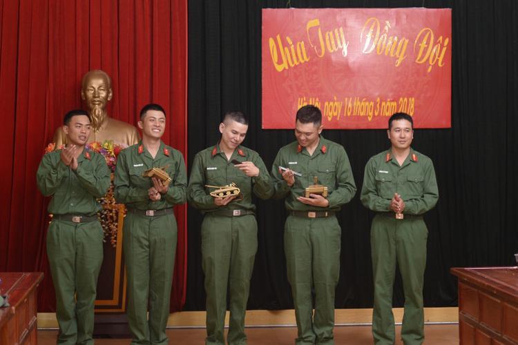 Cả Hoàng Tôn, Bảo Kun và Gin Tuấn Kiệt đều vô cùng thích thú khi nhận được món quà là những chiếc xe tăng thu nhỏ trước khi chia tay doanh trại pháo binh.
