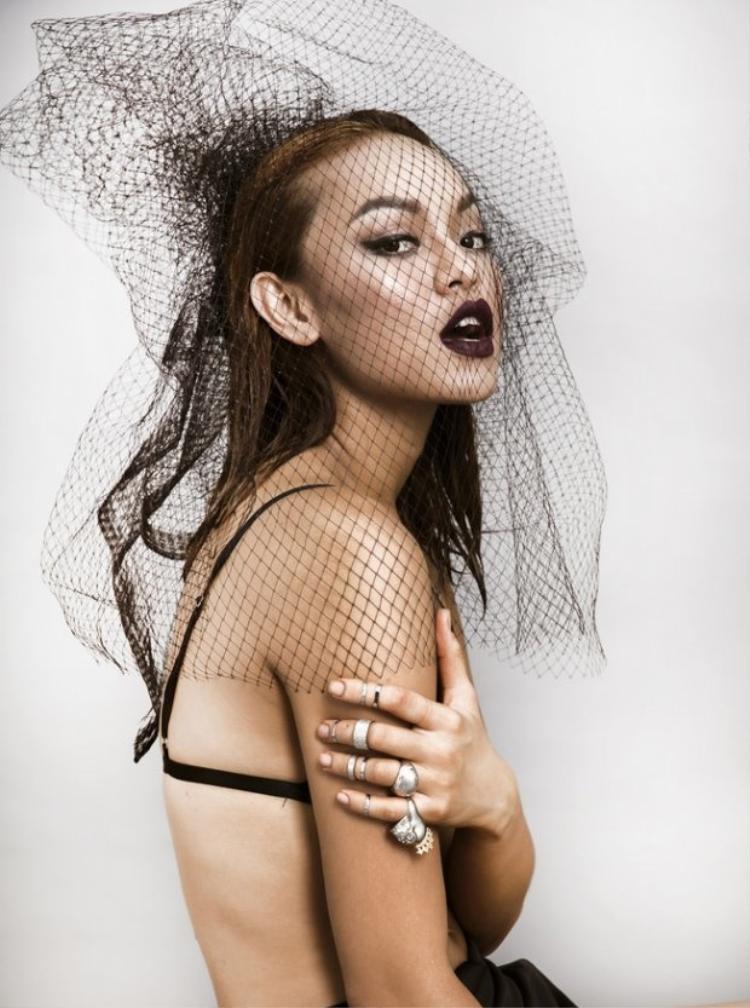 Mai Ngô từng gây sốt trong cộng đồng yêu thời trang với chiếc mạng công phu.
