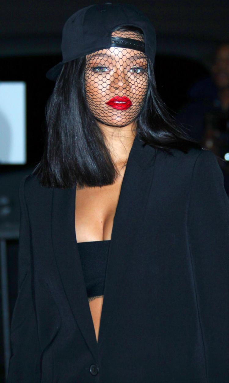 Sự kết hợp độc đáo giữa mạng che mặt và Snapback của Rihanna.