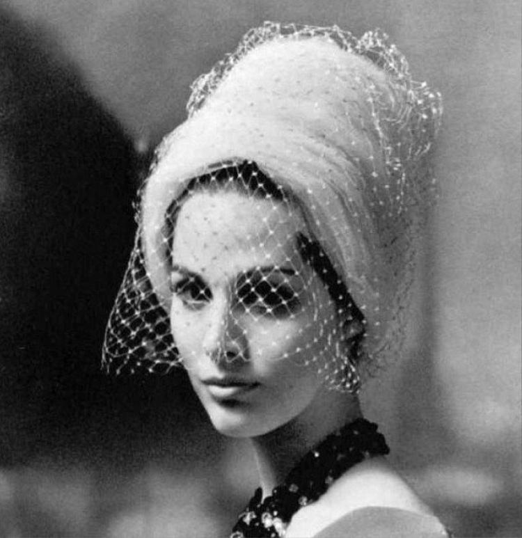 Mạng che mặt hay có tên tiếng anh là Veiled mesh. Trước kia, nó là món phụ kiện của phụ nữ quý tộc. Đến những năm 50, chúng lại rộ lên và được đông đảo phái đẹp yêu thích.