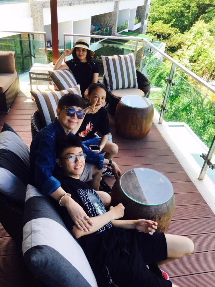 Ca sĩ Long Nhật đang có chuyến du lịch cùng gia đình tại Phuket, Thái Lan. Gia đình hạnh phúc của nam ca sĩ khiến nhiều người ghen tị.