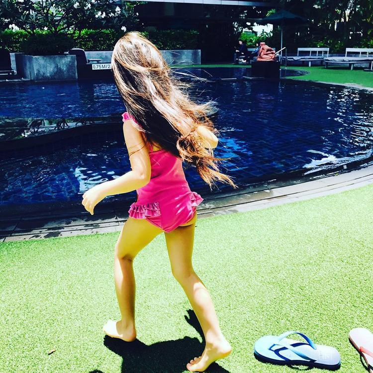 """Đoan Trang khoe ảnh con gái - Sol của mình trong kỳ nghỉ của gia đình ở Thái Lan. Cô bé trông ngày càng lớn và ra dáng một thiếu nữ. Nữ ca sĩ Socola """"nhập vai"""" vào con gái và bông đùa rằng """"Mẹ ơi, con cũng là con gái mà mẹ"""""""