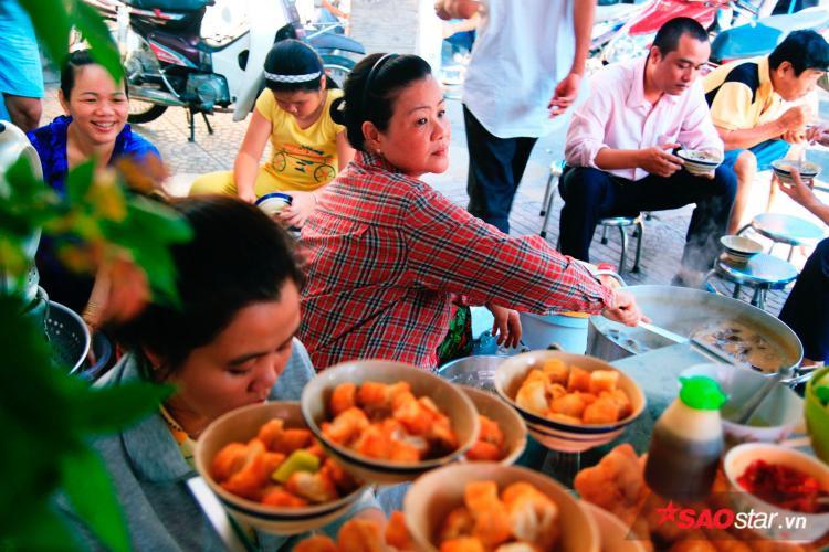 5k/tô cháo, chị Tư đã gây thương nhớ cho người Sài Gòn hơn 40 năm nay như thế!