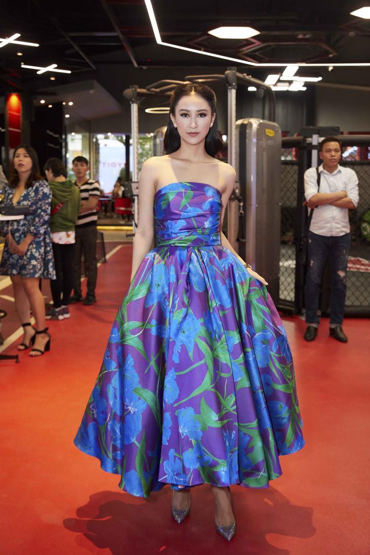 Hà Thu xuất hiện lộng lẫy như nữ thần, cô diện chiếc váy xòe đi cùng kiểu tóc bới sang trọng.