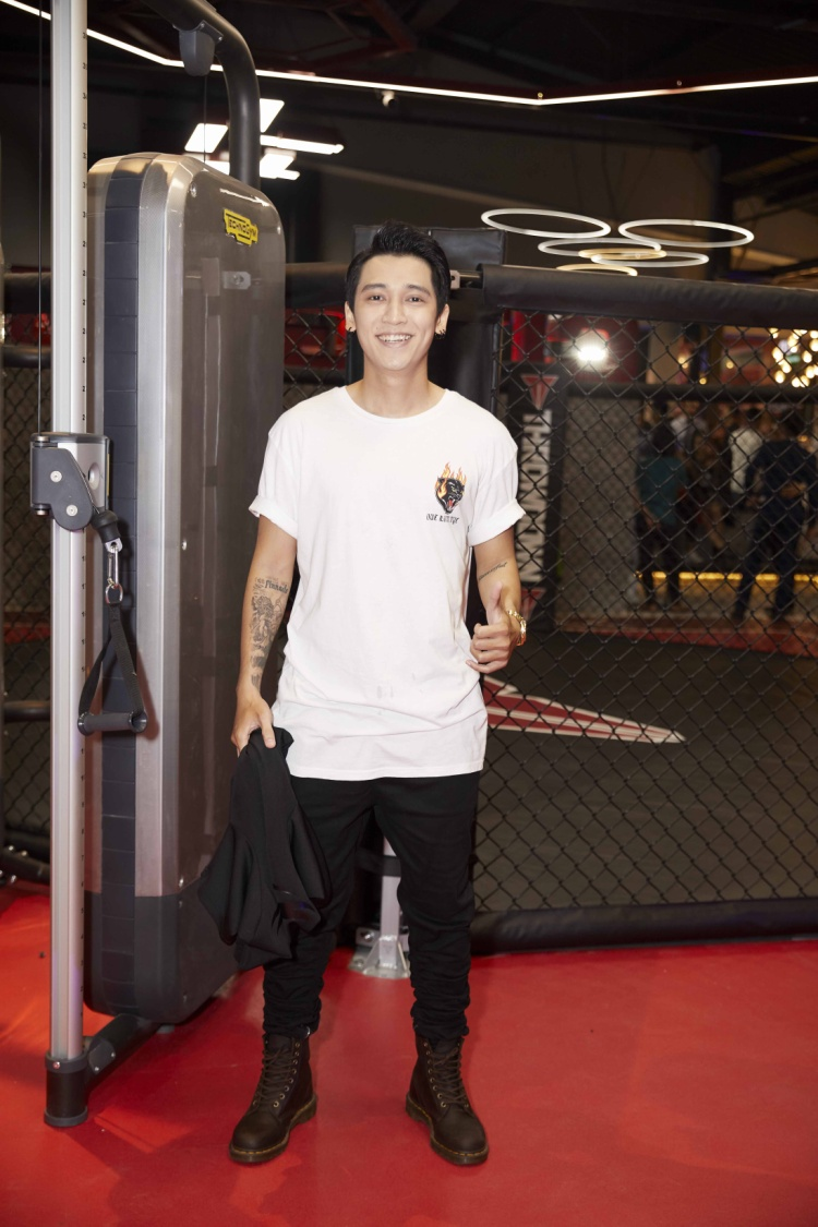 Ca sĩ Tronie Ngô lựa chọn bộ cánh đơn giản chỉ gồm áo phông trơn và quần kaki.