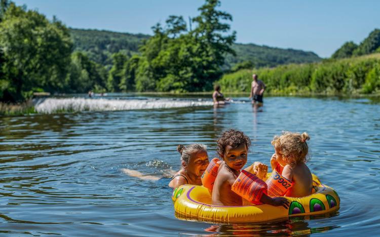 Những đứa trẻ cũng rất thích thú khi được đùa vui dưới nước. Ảnh: Andew Lloyd