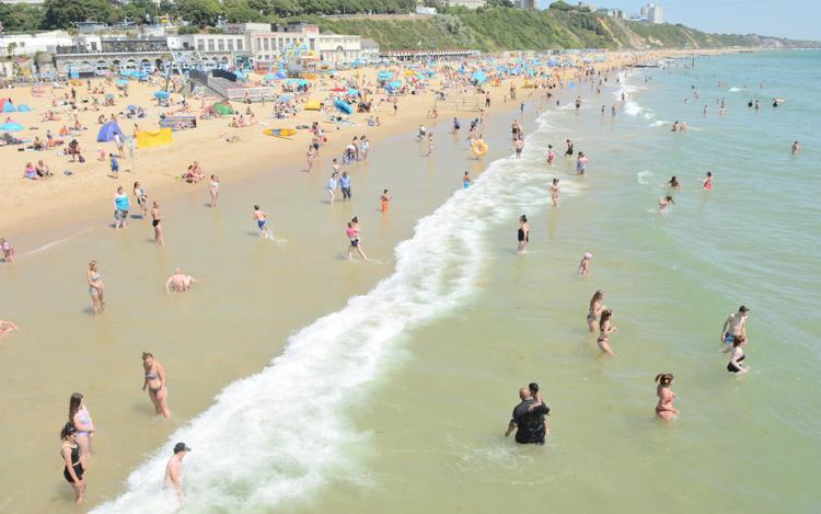 Bãi biển Bournemouth vào những ngày này luôn là điểm đến của nhiều khách du lịch cũng như dân địa phương. Ảnh: Paul Biggins