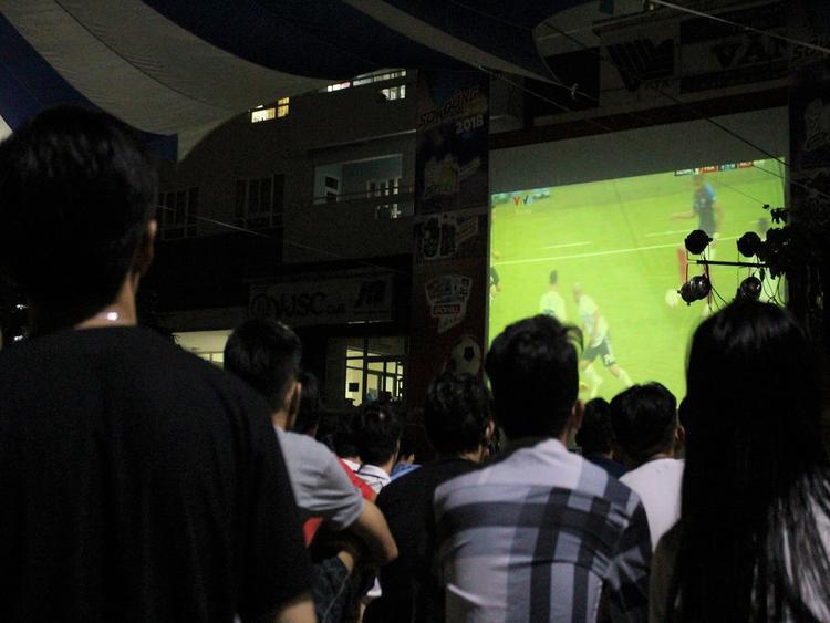 Các bạn sinh viên đến từ rất sớm để chờ đón trận đấu Argentina - Pháp diễn ra lúc 21 giờ ngày 30/6.