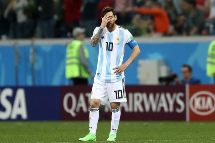 Sự thất vọng của Messi khi Argentina bị loại. Ảnh: Getty.