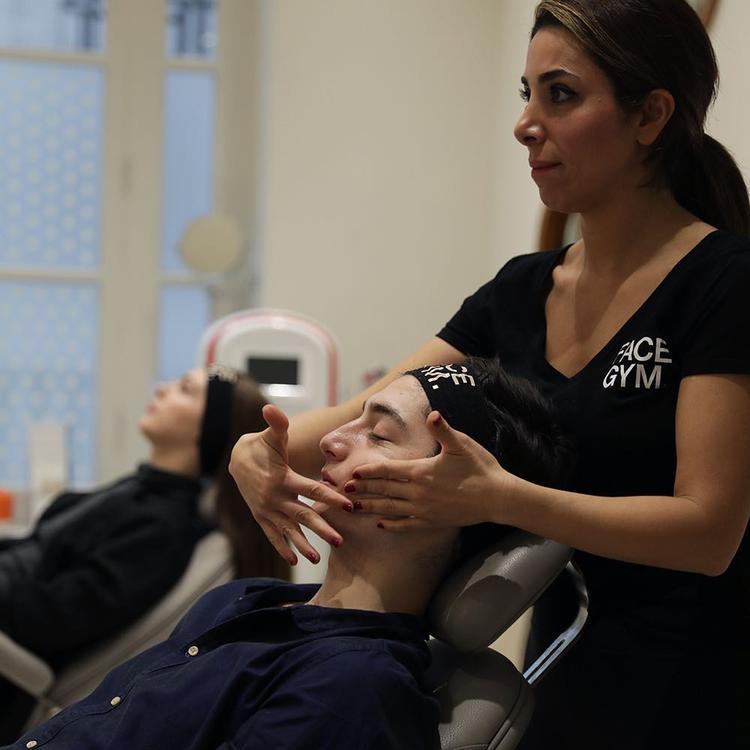 Bước 1: (warm-up) làm nóng bề mặt da bằng cách xoa bóp bề mặt da.