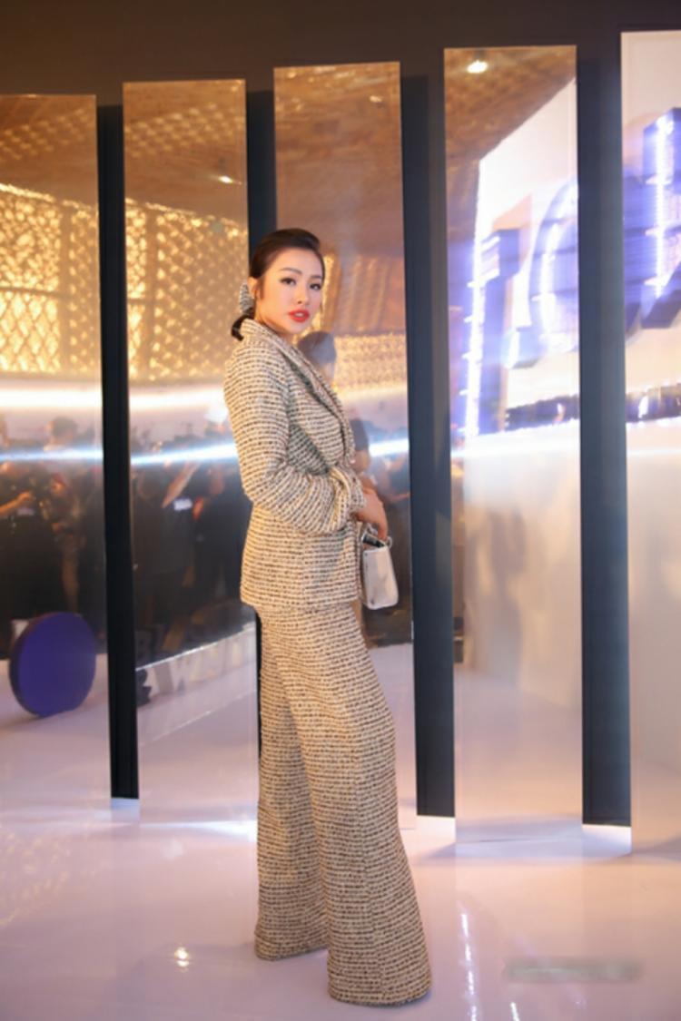 """Từng bị vào danh sách sao xấu tuần trước với bộ cánh hở hang quá đà, sang tuần này, Yaya Trương Nhi quyết tâm thay đổi bản thân với outfit kín đáo. Tuy nhiên không may cho """"gái ế"""", thiết kế chất liệu vải bố cứng, phom dáng rộng nuốt chửng mọi đường cong càng khiến cô trông """"phát ngốt"""" hơn bao giờ hết."""