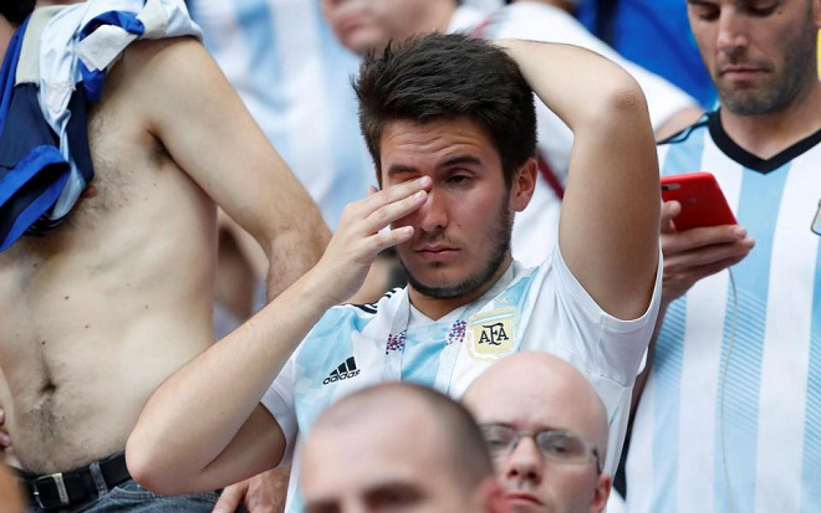 Các CĐV Argentina không giấu nổi những giọt nước mắt. Ảnh: Getty.