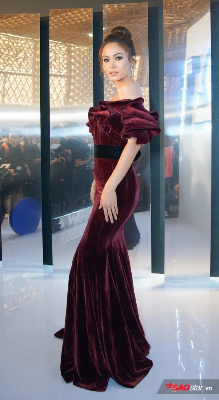 """Nhung là loại vải khá """"đỏng đảnh"""", khó chiều vì dễ cộng thêm tuổi cho người mặc, nhưng nếu được cắt may đúng cách, trang phục nhung sẽ giúp tôn lên nét sang trọng, quyền lực. Được biết đây là một sáng tạo của NTK Lý Quý Khánh và Mâu Thủy đã thể hiện nó quá xuất sắc"""