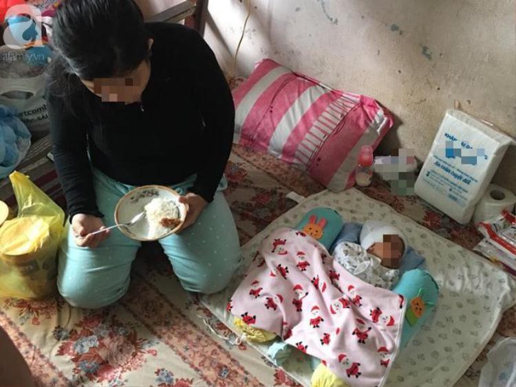 Bữa cơm đơn giản của người mẹ nhỏ cùng đứa con trai nhỏ.