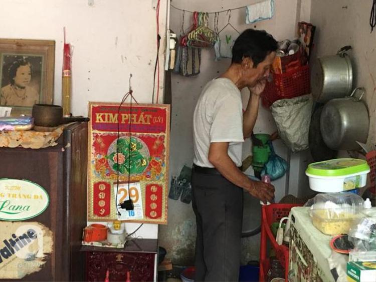 Ông Trí chuẩn bị bữa cơm trưa cho con gái nhờ sự giúp đỡ của bà con xóm giềng.