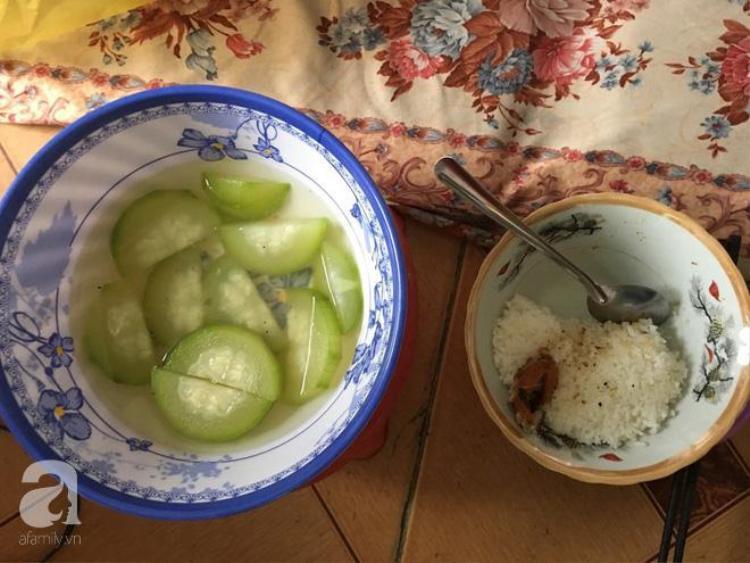 Bữa cơm đạm bạc của Trang, em cho biết vì hoàn cảnh khó khăn mà em không có đủ sữa để bé uống.