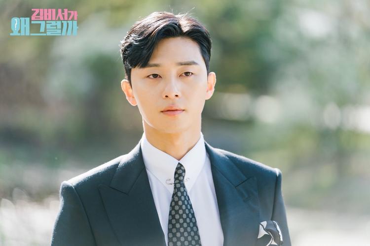 """Vẻ ngoài điển trai cuốn hút của """"phó tổng"""" Park Seo Joon làm trái tim người hâm mộ đôi lần lạc lối."""