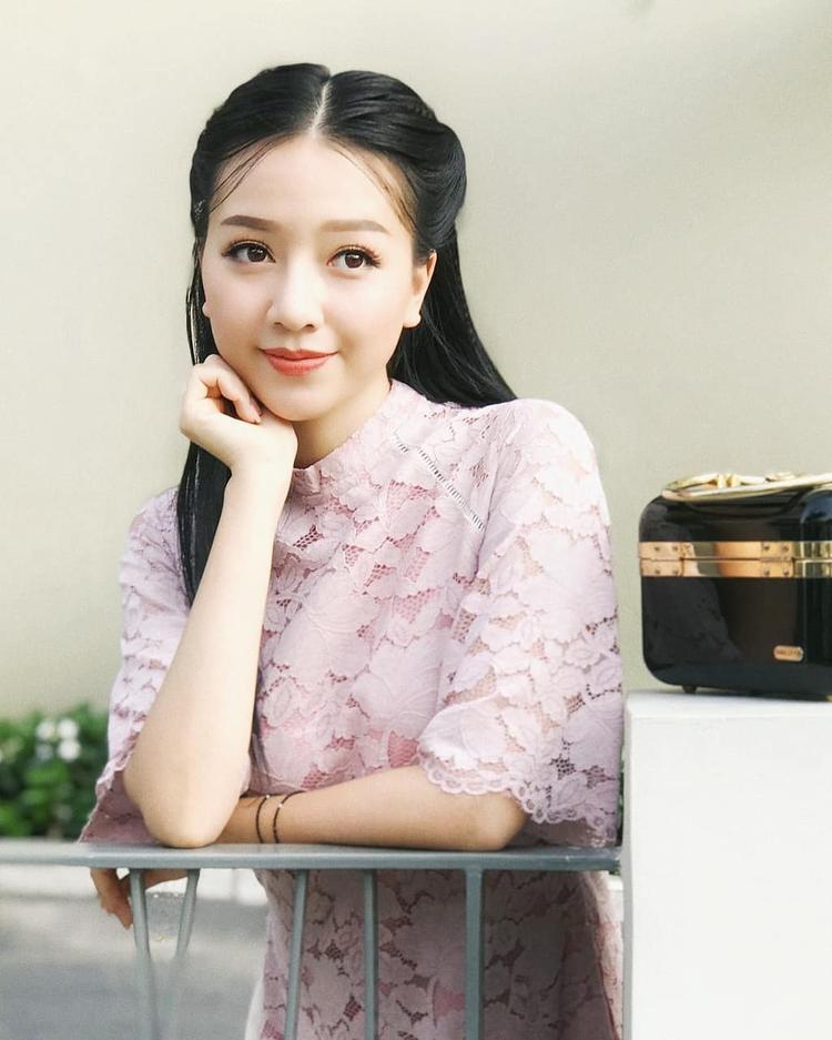 Xinh đẹp, ngọt ngào với áo dài phối ren và tóc đen truyền thống.