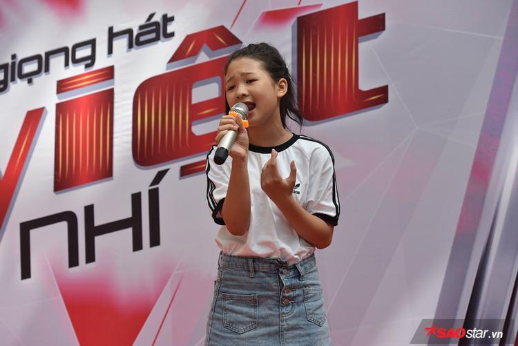 Ngọc Ánh mang tới món quà tinh thần cho các thí sinh nhí với màn trình diễn đặc biệt cùng ca khúc Flashlight.
