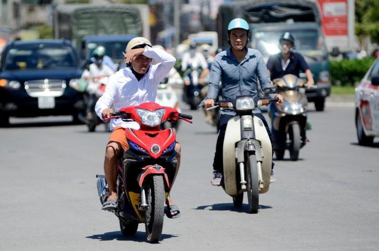 Nắng nóng gay gắt khiến người dân mỏi mệt khi ra đường. Ảnh minh họa.