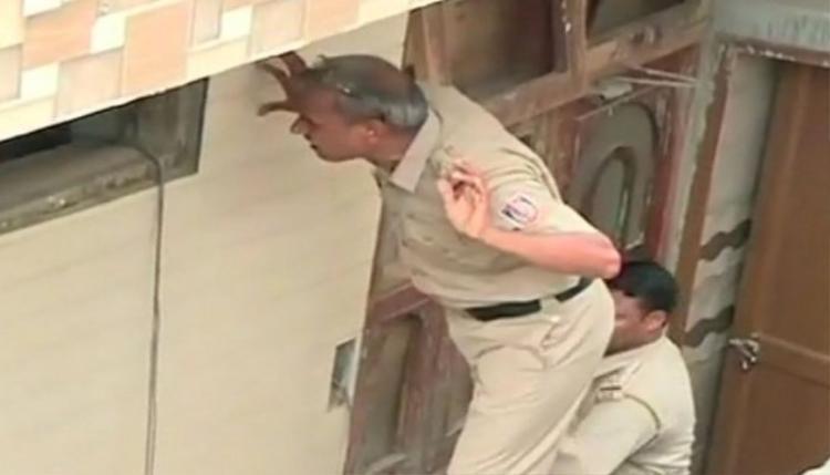 Cảnh sát tại hiện trường vụ án.