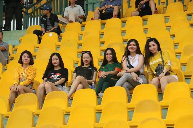 Những cô gái hot girl trong hội xe mô tô Cần Thơ đi cổ vũ đội nhà, còn khán giả rất vắng.