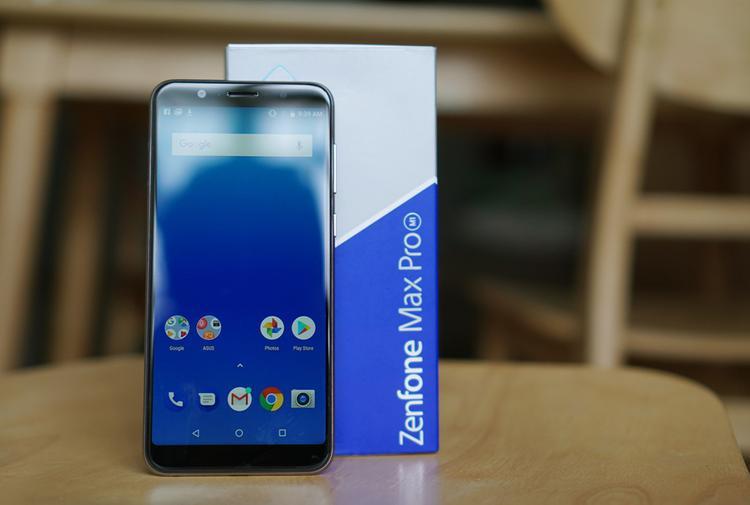 Asus Zenfone Max Pro (4,3 triệu đồng) - Zenfone Max Pro là chiếc điện thoại hướng tới đối tượng người dùng chơi game và giải trí. Điểm nổi bật nhất là máy được trang bị viên pin lên đến 5.000 mAh trong một thân hình tương đối gọn gàng và không quá nặng. Ngoài ra, máy được trang bị hệ điều hành Android gốc giúp tối ưu hiệu năng phục vụ tốt cho nhu cầu chơi game.