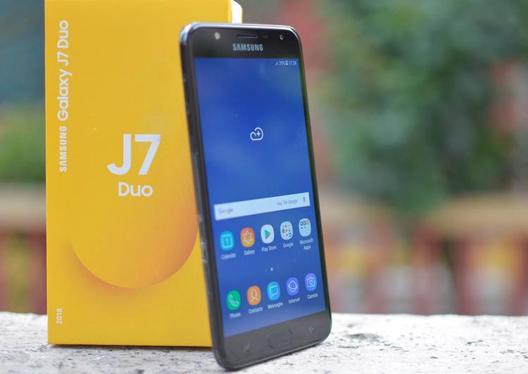 Samsung galaxy J7 Duo (5,5 triệu đồng) - Galaxy J7 Duo được hoàn thiện từ nhựa và có khả năng tháo nắp lưng thay thế pin. Máy được trang bị cụm camera kép cho khả năng chụp hình xóa phông cùng nhiều hiệu ứng như trên Galaxy S9. Tuy nhiên, sản phẩm này chỉ được phân phối độc quyền qua một kênh bán hàng online.