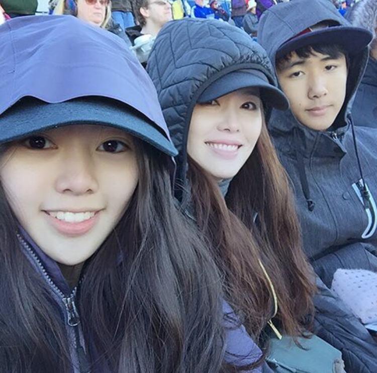 Ha Hee ra (vợ của diễn viên gạo cội Choi Soo Jong) chụp ảnh cùng con trai và con gái .