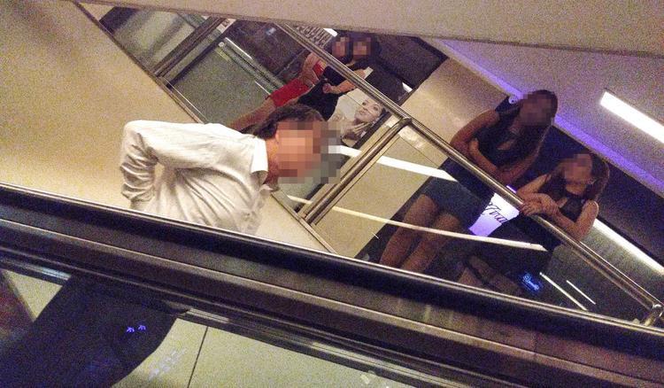 Những người phụ nữ đứng sẵn trên hành lang gần cầu thang để mời khách. Ảnh: C.Lee