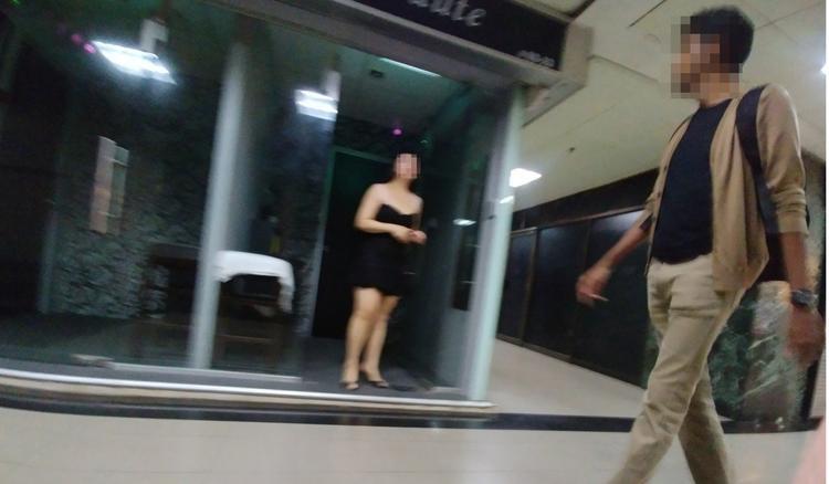 Người phụ nữ trước cửa tiệm mát-xa trong Tòa Orchard Towers. Ảnh: C.Lee