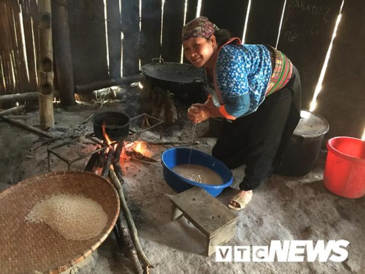 Mỗi bữa phải nấu một chậu gạo, ngô mới đủ cho cả nhà ăn.